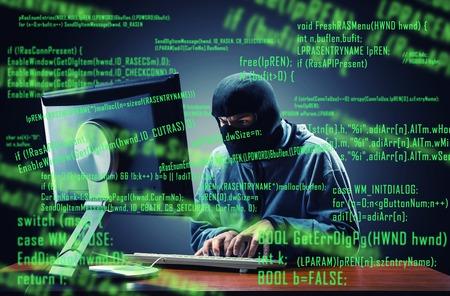 Hacker in Maske stehlen Informationen im Büro Standard-Bild - 55007963