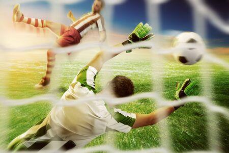 arquero de futbol: Vista posterior del portero agarrar la pelota