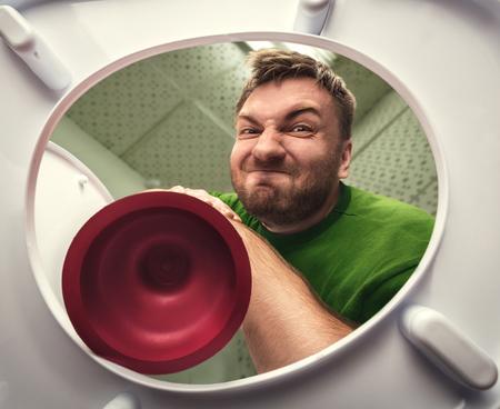 Homme, nettoyage, toilette, tasse, plongeur Banque d'images