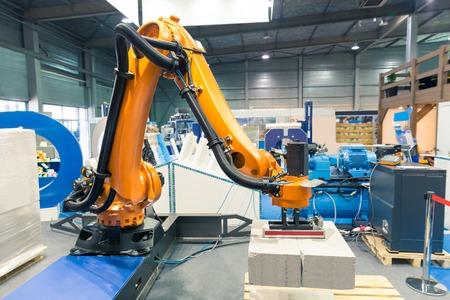 Modern arm manipulator op het fabrieksterrein