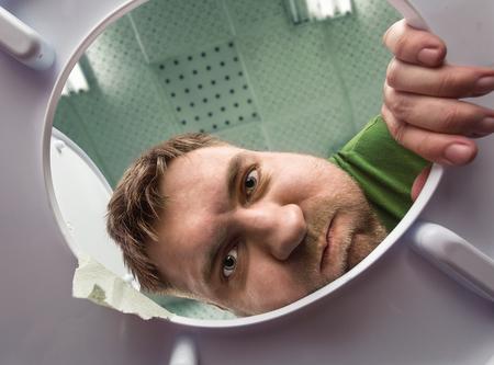 vomito: Hombre listo para vomitar en el baño en la taza del inodoro Foto de archivo