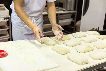 galletas: Baker, que trabaja con pasta en la panadería Foto de archivo