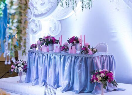 De nombreux bouquets sur la table dans la salle de mariage