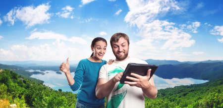 pareja en casa: Emocionado hombre y la mujer juega con la tablilla al aire libre