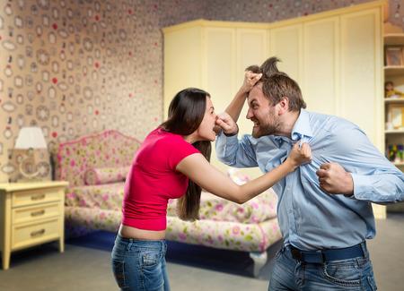 personas enojadas: El hombre y la mujer están luchando en el hogar Foto de archivo