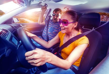 gente loca: Pareja de viaje en coche, mujer de conducción, el hombre tiene miedo Foto de archivo