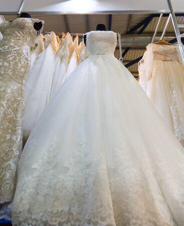 vestido de novia en maniquí en la tienda fotos, retratos, imágenes y