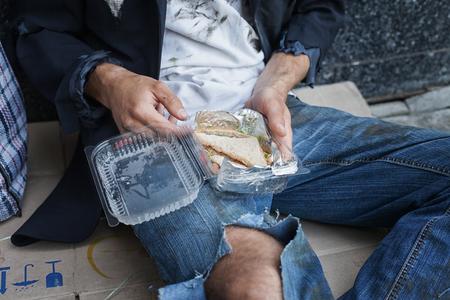 desesperado: vagabundo desesperada con su comida