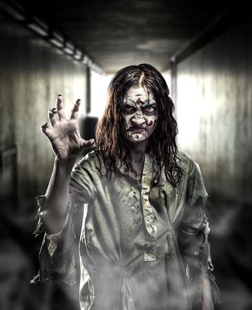 Horreur zombie dans un couloir sombre. Halloween. Banque d'images