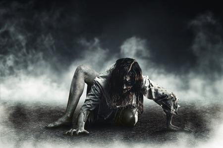 Horror heks zombie tegen de achtergrond van de stijgende aarde. Halloween.