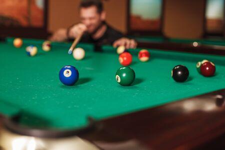 Le joueur va conduire une sphère dans une poche de billard. Vue d'un coin de table de billard. Banque d'images