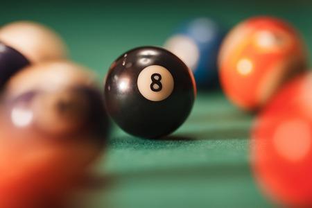 bola de billar: Bola de piscina con el número 8 sobre el fondo verde. el tema de la piscina. Foto de archivo