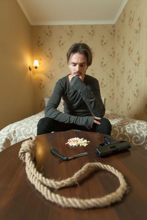 desesperado: Desperate man choose commit suicide method. Suiside concept Foto de archivo