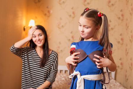 niñas en ropa interior: Pequeña hija tratando de madres sujetador. Foto de archivo