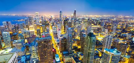 investment real state: Panorama paisaje urbano de Chicago en la costa, vista nocturna
