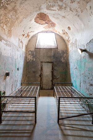 cellule prison: Grunge prison cell with sunlight window Banque d'images
