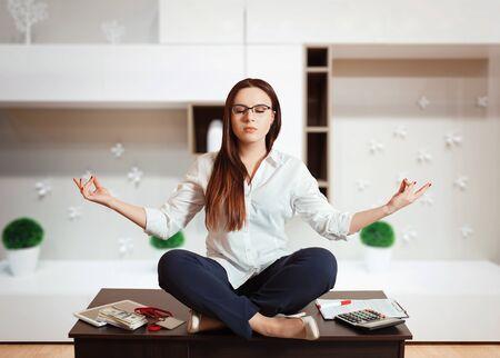 contaduria: Contador sentado en pose de yoga en la mesa
