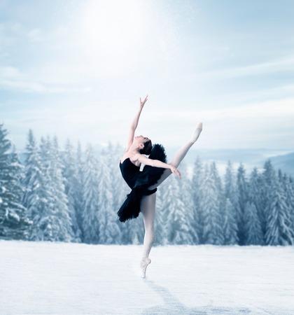 Danseuse de ballet gracieuse qui s'étend Banque d'images - 72164551