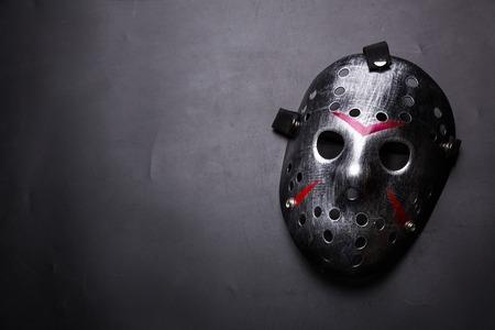 黒に分離されたシリアル キラーのホッケー マスク 写真素材