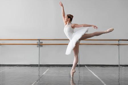 Mooie vrouwelijke balletdanser in de klas