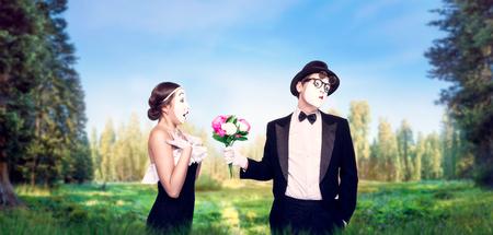 pantomima: Actores MIME interpretando con ramo de flores
