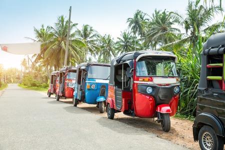 Tuktuk taxi sur la route du Sri Lanka Ceylan travel car Banque d'images - 76537448