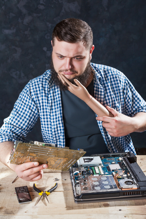 disassemble: Engineer cant fix problem with computer hardware