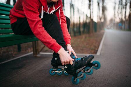 Patinador, sentado, banco, encaje, patines
