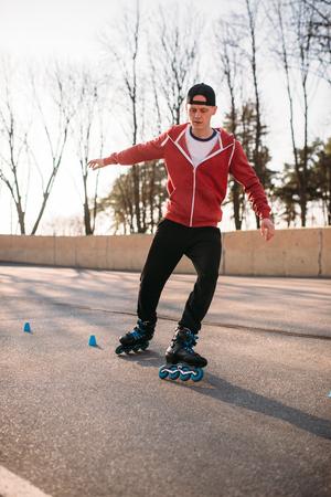 rollerskater: Rollerskater, rollerskating trick exercise in park