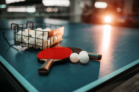 Ping pong table, rackets and balls in a sport hall Stockfoto
