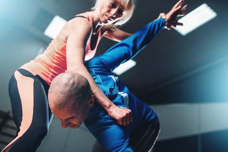 Mannelijke en vrouwelijke vechters, zelfverdedigingstechniek Stockfoto