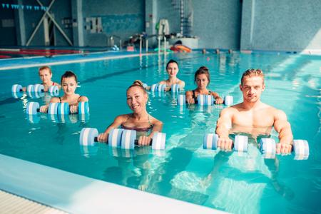 Frauen aqua aerobics traninig mit Hanteln Standard-Bild - 80760876