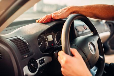 男性の手をきれいに自動車、車のダッシュ ボードの研磨 写真素材