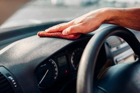 Mannelijke handen reinigen auto, auto dashboard polijsten