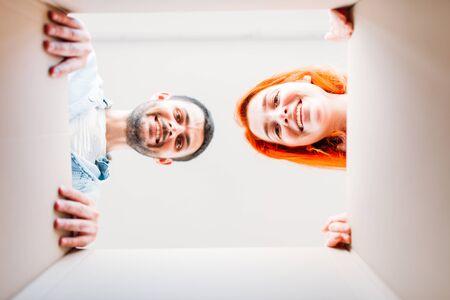 Man and woman, view from inside the cardboard box Zdjęcie Seryjne - 83443217