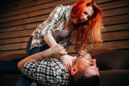 La esposa estrangula a su marido, pelea, conflicto Foto de archivo