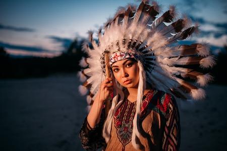 일몰에 젊은 미국 인도 여자의 초상화