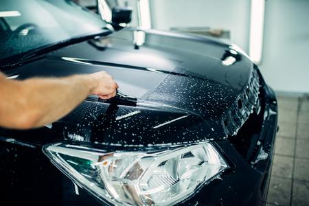 Spezialist bereitet Auto zum Schutz vor Chips vor Standard-Bild - 84735029