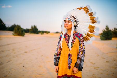 아메리칸 인디언의 전통 의상 소녀 스톡 콘텐츠