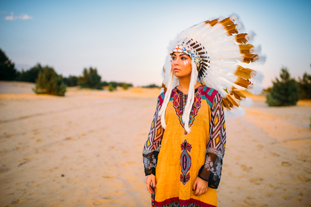 American Indian girl in traditional costume Imagens