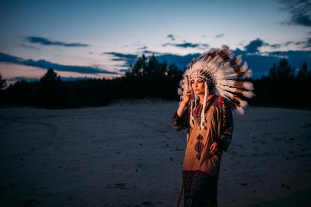 Portret van jonge Indiaanvrouw op zonsondergang