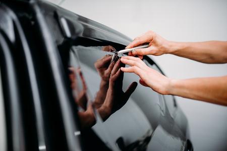 着色フィルムをインストールする車の専門家の仕事