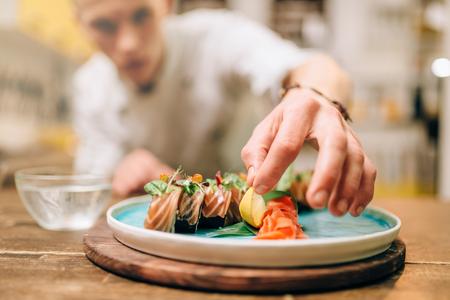 Chef masculin, cuisson, sushi, japonais, nourriture