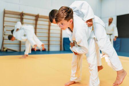 Kid judo, jonge jagers op training, zelfverdediging Stockfoto - 94771529