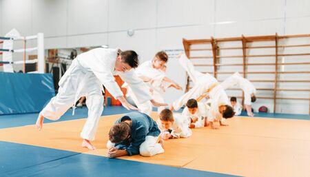 Kid judo, kinderen in kimono training krijgskunst Stockfoto - 94753390