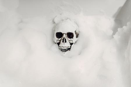 Scary human skeleton lying in the bathtub, humor 版權商用圖片