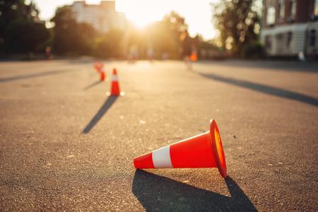 Cône tombé sur terrain d'entraînement, école de conduite