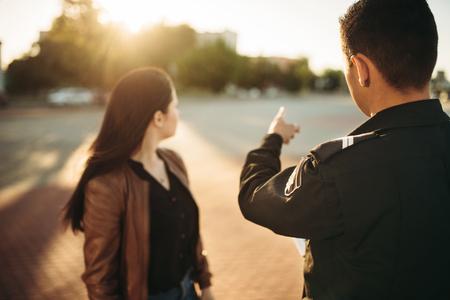 L'agente di polizia mostra il parcheggio al conducente Archivio Fotografico