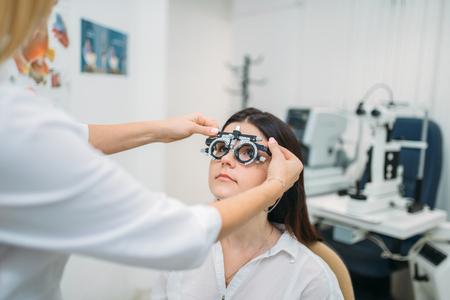 Selección de dioptrías, elección de gafas, prueba de visión Foto de archivo