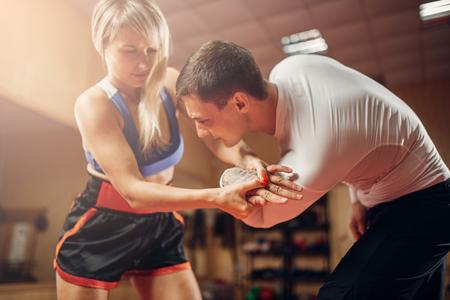 Agarre doloroso de la mano, autodefensa femenina